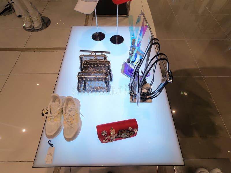 Dubaj UAE kiesa, but i paski wystawiający dla sprzedaży przy sklepem, - Luty 2019 - obraz stock