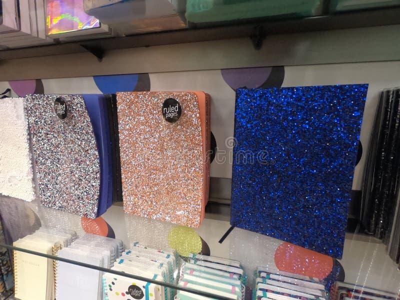 Dubaj UAE - Kolorowi Glittery dzienniczki wystawiający dla sprzedaży przy Paperchase w centrum handlowym w Dubaj Błyskotliwoś obraz stock
