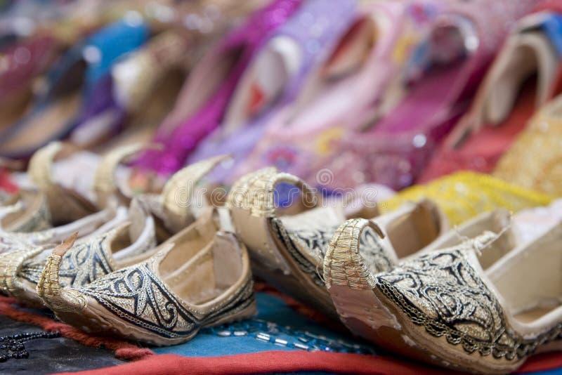 Dubaj UAE krasnoludkowie projektują sandały dla sprzedaży w rzepu Dubaj souq w kobiet i children rozmiarach zdjęcia stock