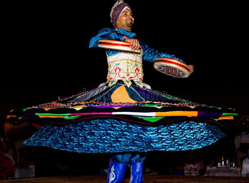 DUBAJ, UAE - KWIECIEŃ 20, 2012: Mężczyzna wykonuje tradycyjnego ludowego tana przy nocą fotografia royalty free