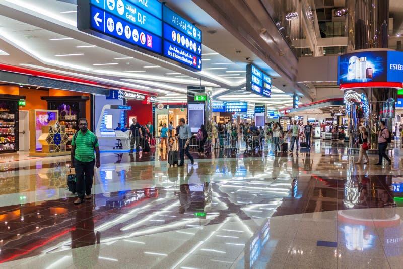 DUBAJ, UAE - LIPIEC 10, 2016: Widok wnętrze Dubai International Airpor obrazy royalty free