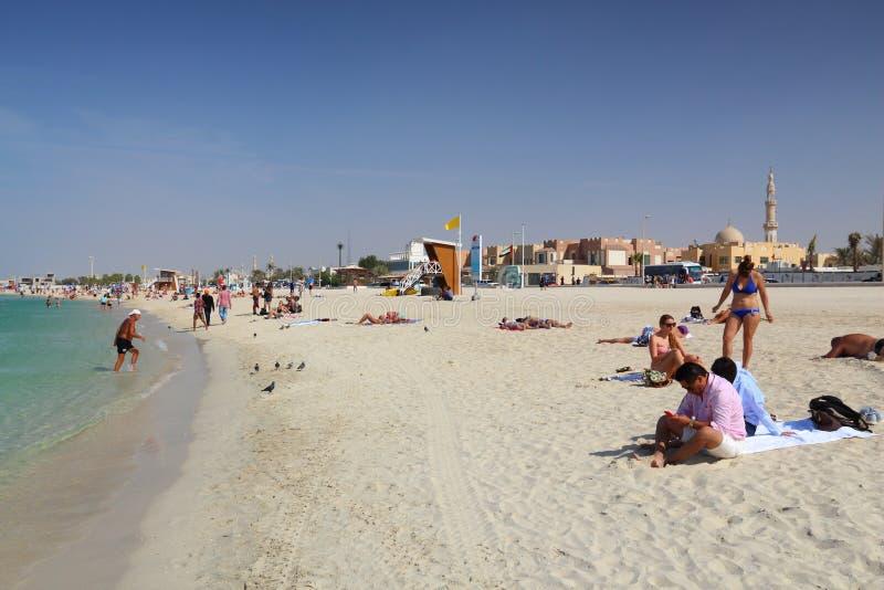 DUBAJ, UAE - LISTOPAD 23, 2017: Ludzie odwiedzają plażę w Dubaj, Zjednoczone Emiraty Arabskie Dubaj jest perfect plażowym miejsce zdjęcia stock