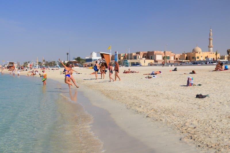 DUBAJ, UAE - LISTOPAD 23, 2017: Ludzie odwiedzają plażę w Dubaj, Zjednoczone Emiraty Arabskie Dubaj jest perfect plażowym miejsce obraz royalty free