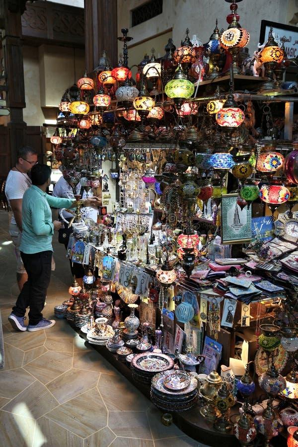 DUBAJ, UAE - LISTOPAD 23, 2017: Ludzie robią zakupy przy Souk Madinat Jumeirah w Dubaj Tradycyjny araba stylu bazar jest częścią fotografia royalty free
