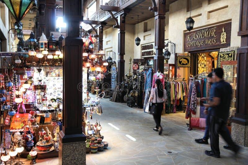 DUBAJ, UAE - LISTOPAD 23, 2017: Ludzie robią zakupy przy Souk Madinat Jumeirah w Dubaj Tradycyjny araba stylu bazar jest częścią fotografia stock