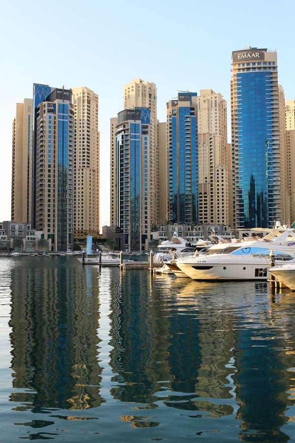 Dubaj, UAE Listopad 23, 2017 Luksusowa nieruchomość i jachty w Dubaj Marina Trzymać na dystans refleksje szklanych Odbicia w wodz fotografia royalty free
