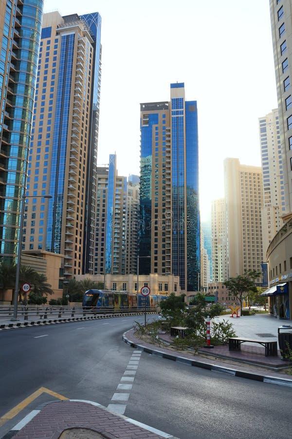 Dubaj, UAE Listopad 23, 2017 Opustoszałe ulicy Dubaj Dżungla beton Dubaj tramwaj 2009 amerykańskiego auto odwracalnego Detroit re obraz royalty free
