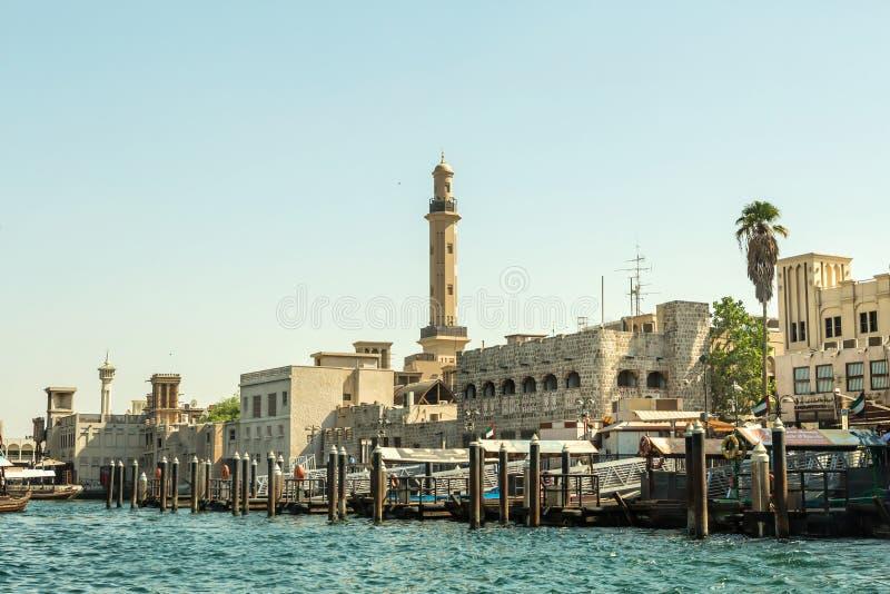 DUBAJ, UAE - LISTOPAD 10, 2016: tradycyjne arabskie ładunek łodzie przy Dubaj zatoczką obrazy stock