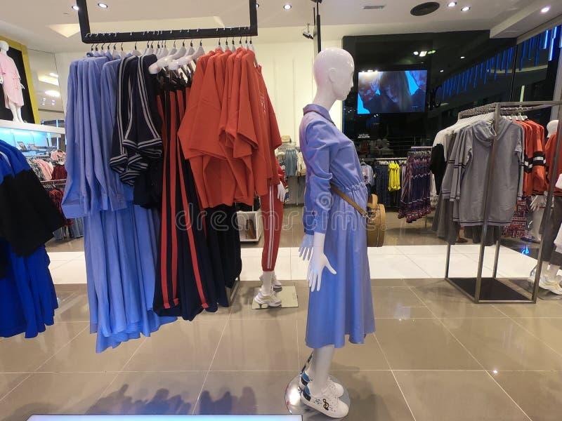 Dubaj UAE Luty 2019 - kobiety odzież wystawiająca dla sprzedaży przy sklepem zdjęcie stock