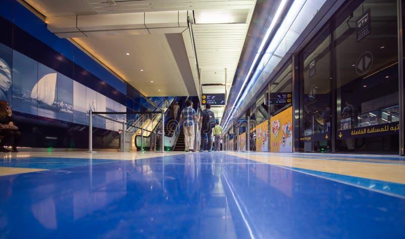 Dubaj, UAE - Maj 15, 2018: Dubaj metro wśrodku staci jest podziemny obraz royalty free