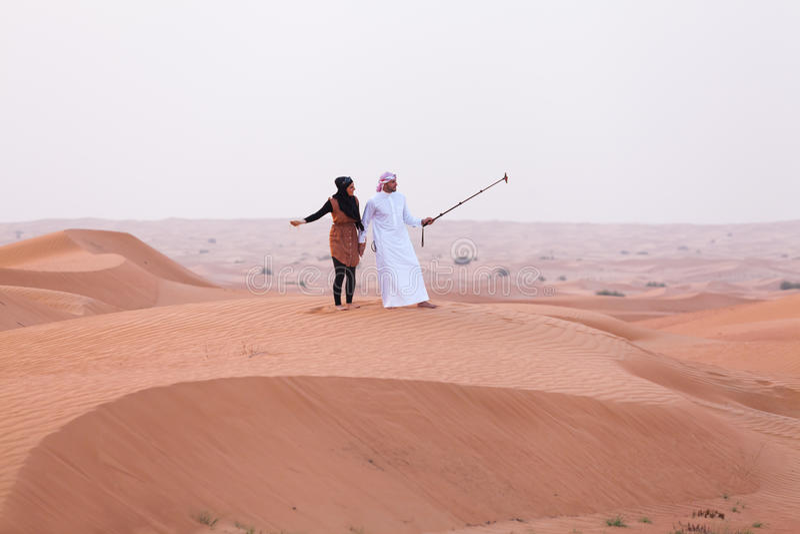 DUBAJ, UAE - 11 MAJ, 2014: Safari - jadący na pustyni, tradi zdjęcia royalty free