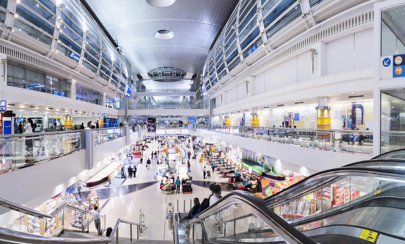 DUBAJ, UAE - MARZEC 9, 2015: lotniskowy wnętrze Dubaj Internationa obraz royalty free