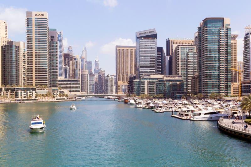 DUBAJ, UAE - Marzec 8th 2019: Dubaj Marina drapacz chmur, port z luksusowymi jachtami i Marina deptakiem, Dubaj, Zlany arab obraz royalty free