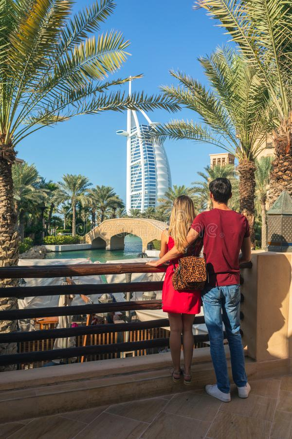 DUBAJ, UAE - NOV 12, 2018: Burj al arab widzieć od Madinat Jumeirah młodą turystyczną parą obrazy stock