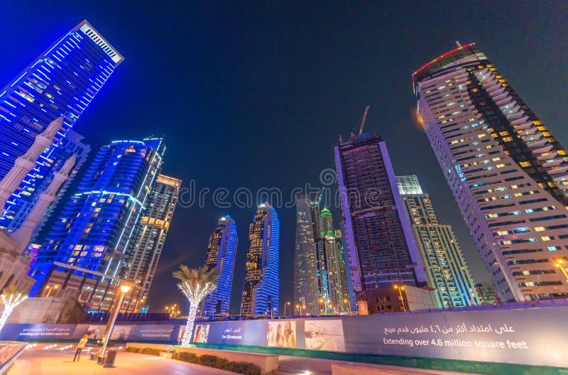 DUBAJ, UAE - PAŹDZIERNIK 9, 2015: Dubaj Marina nocy linia horyzontu Ci zdjęcia stock