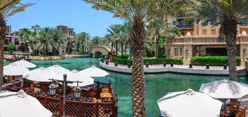 DUBAJ, UAE - PAŹDZIERNIK 06, 2016: Nabrzeże wille na Madinat Jumeirah Al Qasr hotelu Madinat Jumeirah mieści trzy zdjęcia stock