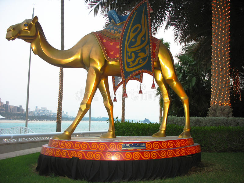 Wielbłądzia statua przed Burj Al Arabskim hotelem w Dubaj fotografia stock