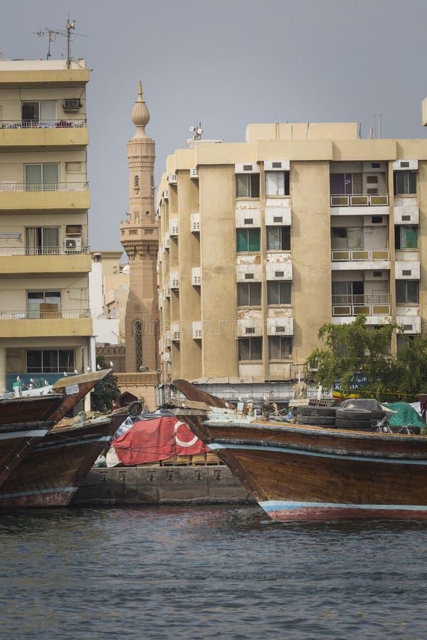 DUBAJ, UAE - STYCZEŃ 18, 2017: Dubaj zatoczka Mali statki i dho obrazy royalty free