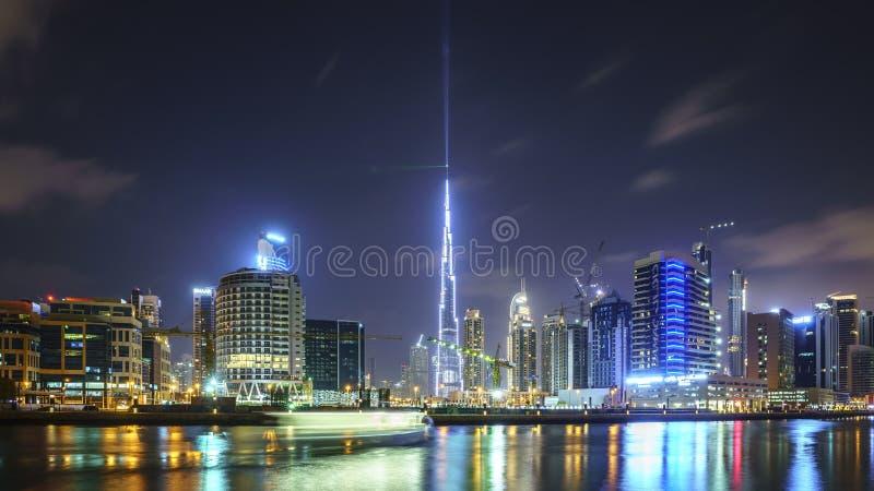 DUBAJ, UAE - styczeń 07,2018: W centrum lato nocy linia horyzontu niecka fotografia royalty free