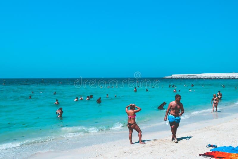 DUBAJ, UAE Zjednoczone Emiraty Arabskie - 23 2016 KWIECIEŃ: Widok społeczeństwo plaża z turkus wodą obrazy royalty free