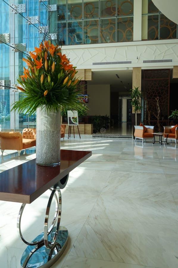 Dubaj W lecie 2016 Nowożytna i jaskrawa wnętrze marmuru dekoracja w hotelowym Ghaya Uroczystym fotografia royalty free