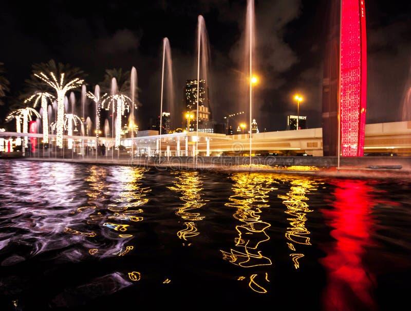Dubaj wody i nocy odbicia zdjęcia stock