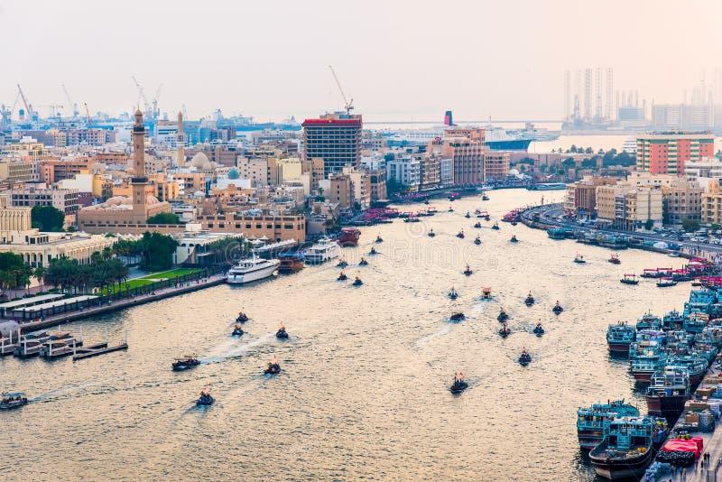 Dubaj Zjednoczone Emiraty Arabskie, Czerwiec, - 4, 2019: Łodzie na Dubaj zatoczce w Deira z widokiem stary Dubaj w Zjednoczone Em zdjęcia royalty free