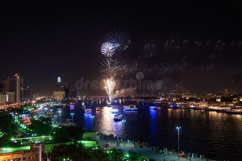 Dubaj Zjednoczone Emiraty Arabskie, Czerwiec, - 4, 2019: Fajerwerki nad Dubaj zatoczką w Deira świętować końcówkę Ramadan w Dubaj obrazy stock