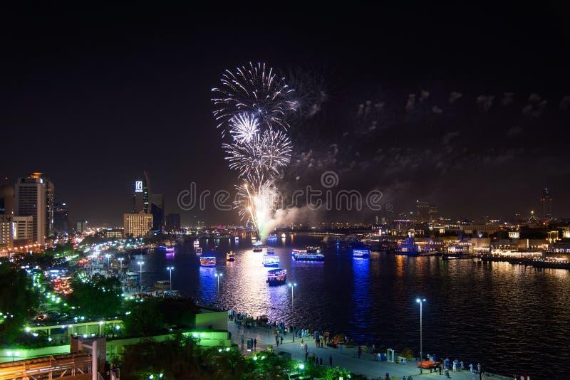 Dubaj Zjednoczone Emiraty Arabskie, Czerwiec, - 4, 2019: Fajerwerki nad Dubaj zatoczką w Deira świętować końcówkę Ramadan w Dubaj obraz royalty free