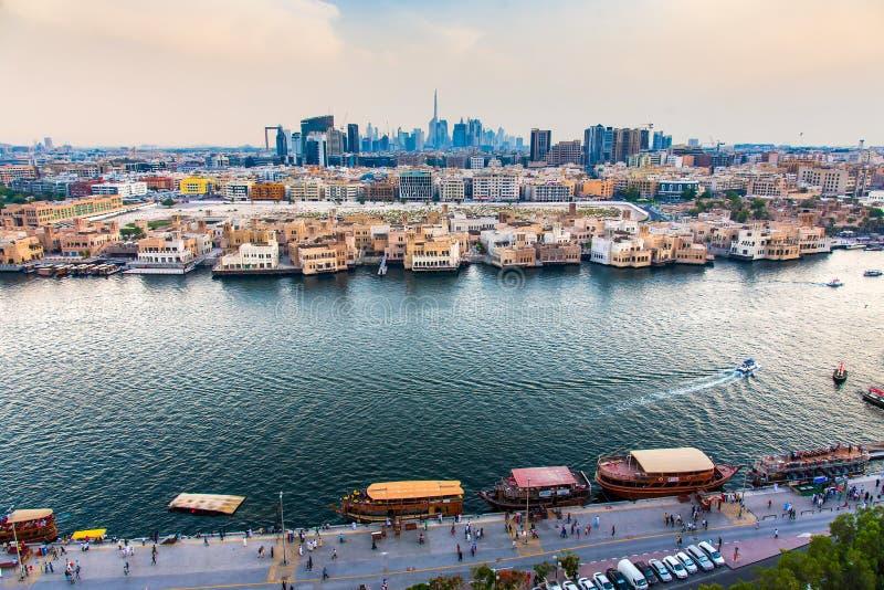 Dubaj Zjednoczone Emiraty Arabskie, Czerwiec, - 4, 2019: Dubaj linia horyzontu nowożytny widok od zatoczki w Deira w Zjednoczone  obraz royalty free