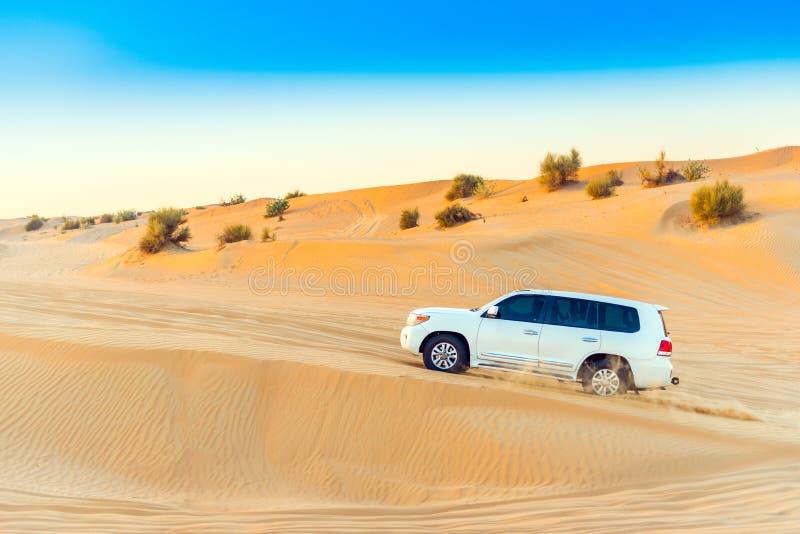 DUBAJ ZJEDNOCZONE EMIRATY ARABSKIE, GRUDZIEŃ, - 13, 2018: Biały dżip w pustyni Odbitkowa przestrzeń dla teksta zdjęcia royalty free
