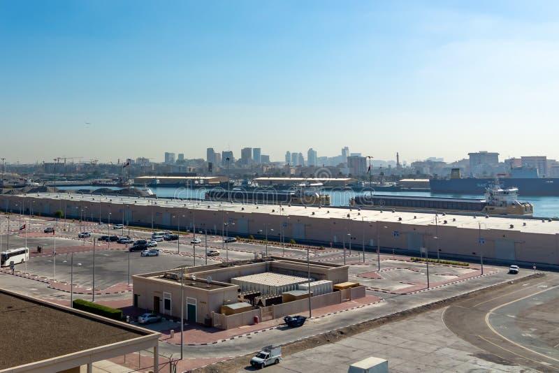 Dubaj Zjednoczone Emiraty Arabskie, Grudzień, - 12, 2018: Denny ładunku port, panoramiczny widok od rejsu liniowa zdjęcie stock