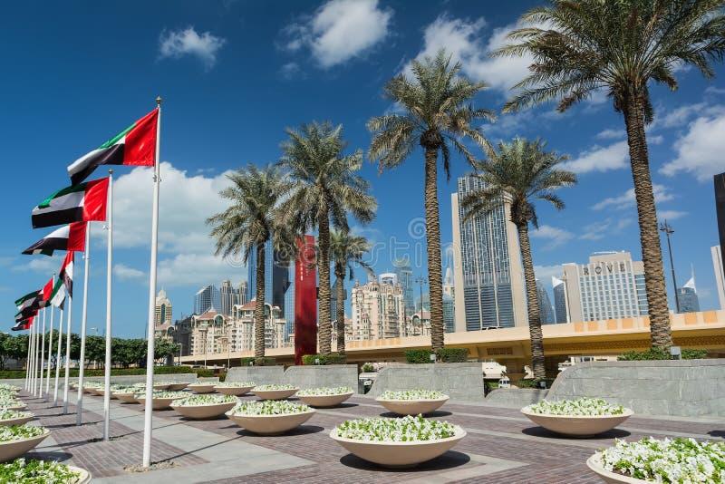 DUBAJ ZJEDNOCZONE EMIRATY ARABSKIE, GRUDZIEŃ, - 10, 2016: Dubaj ulica blisko Dubaj centrum handlowego z drzewkami palmowymi i now fotografia royalty free