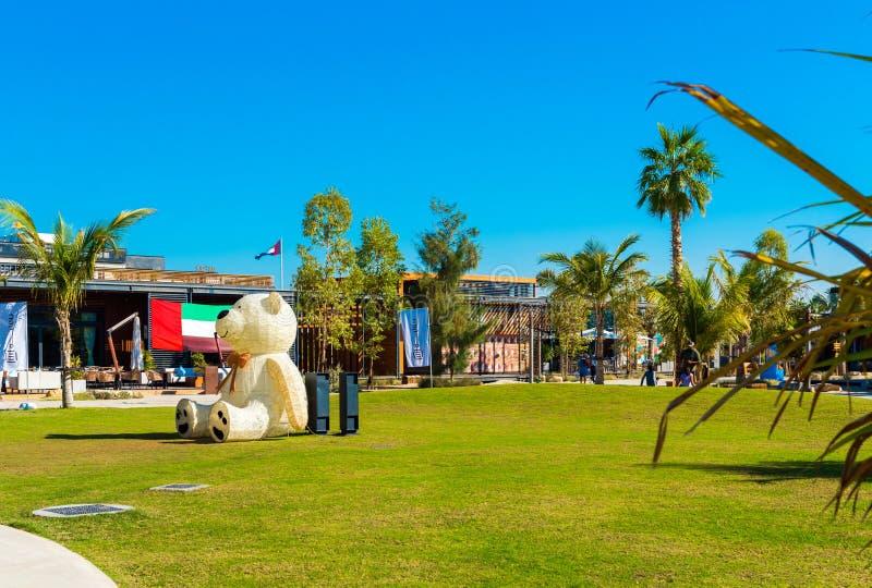 DUBAJ ZJEDNOCZONE EMIRATY ARABSKIE, GRUDZIEŃ, - 13, 2018: Niedźwiadkowa rzeźba na zielonym gazonie w miasto parku obrazy royalty free