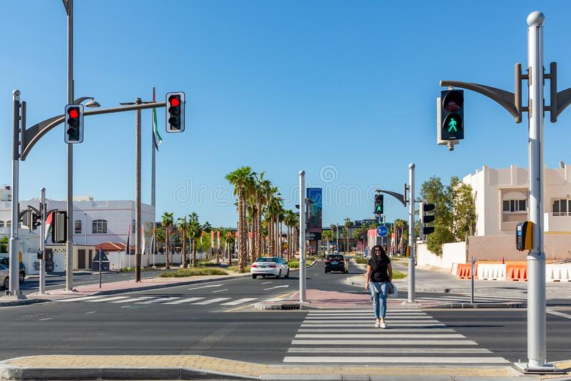 Dubaj Zjednoczone Emiraty Arabskie, Grudzień, - 12, 2018: skrzyżowanie z światła ruchu na miasto ulicie zdjęcia stock