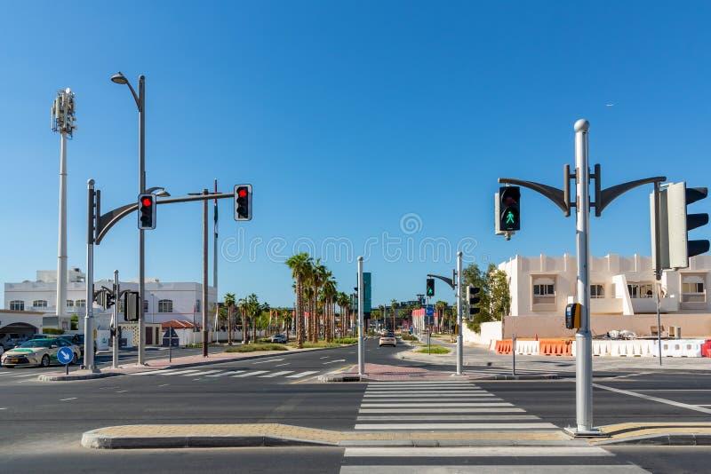 Dubaj Zjednoczone Emiraty Arabskie, Grudzień, - 12, 2018: skrzyżowanie z światła ruchu na miasto ulicie fotografia royalty free