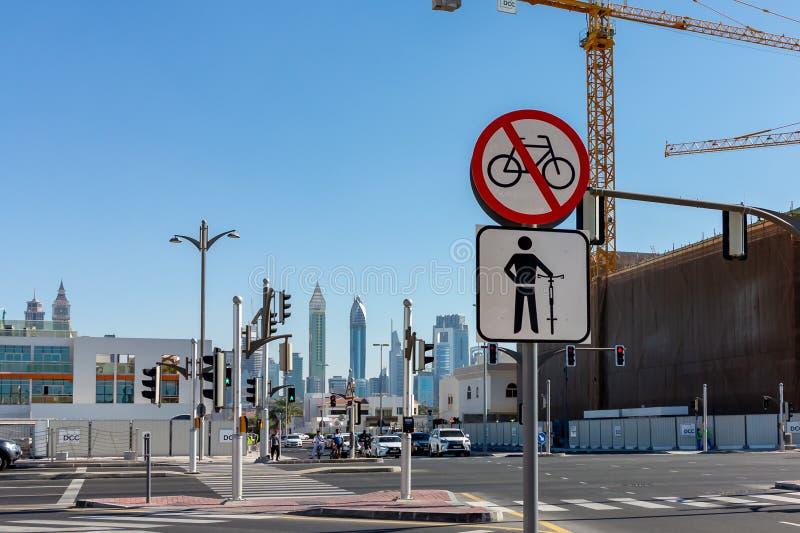 Dubaj Zjednoczone Emiraty Arabskie, Grudzień, - 12, 2018: znak dla cyklistów przy zwyczajnym skrzyżowaniem obraz royalty free