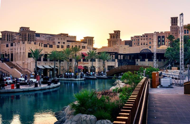 Dubaj Zjednoczone Emiraty Arabskie, Kwiecień, - 20, 2018: Sunst przy Madinat Jumeirah restauracjami w Dubaj i kurortem fotografia royalty free