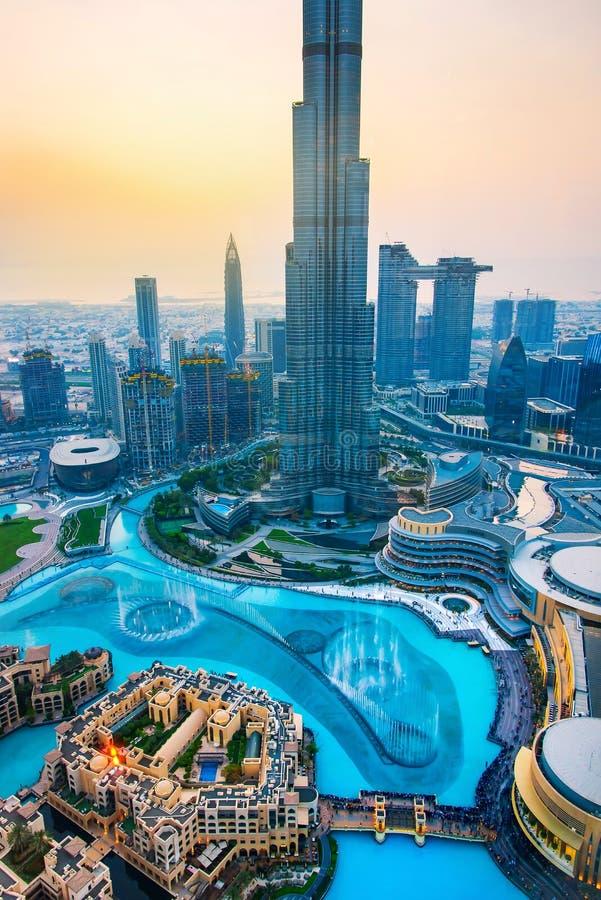 Dubaj Zjednoczone Emiraty Arabskie, Lipiec, - 5, 2019: Burj khalifa wydźwignięcie nad Dubaj centrum handlowe i fontanna otaczając obraz stock