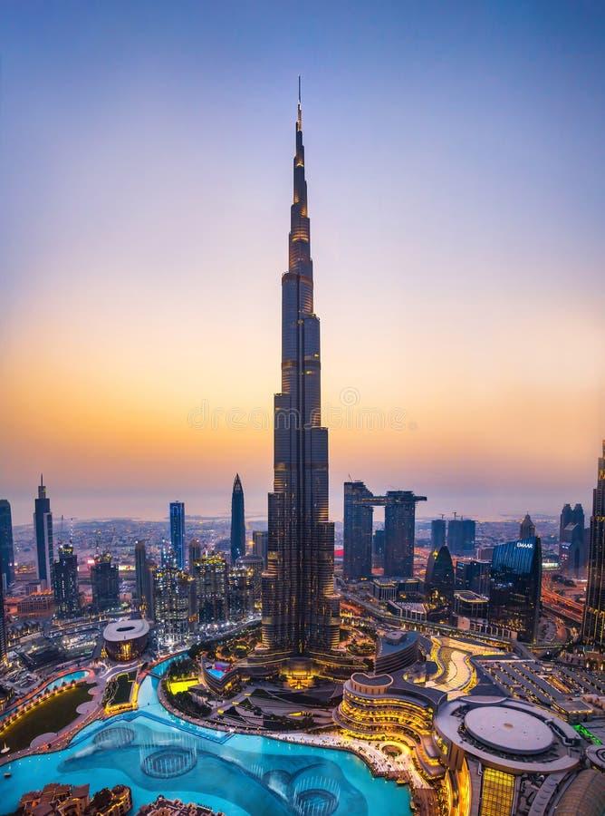 Dubaj Zjednoczone Emiraty Arabskie, Lipiec, - 5, 2019: Burj khalifa wydźwignięcie nad Dubaj centrum handlowe i fontanna otaczając zdjęcia stock