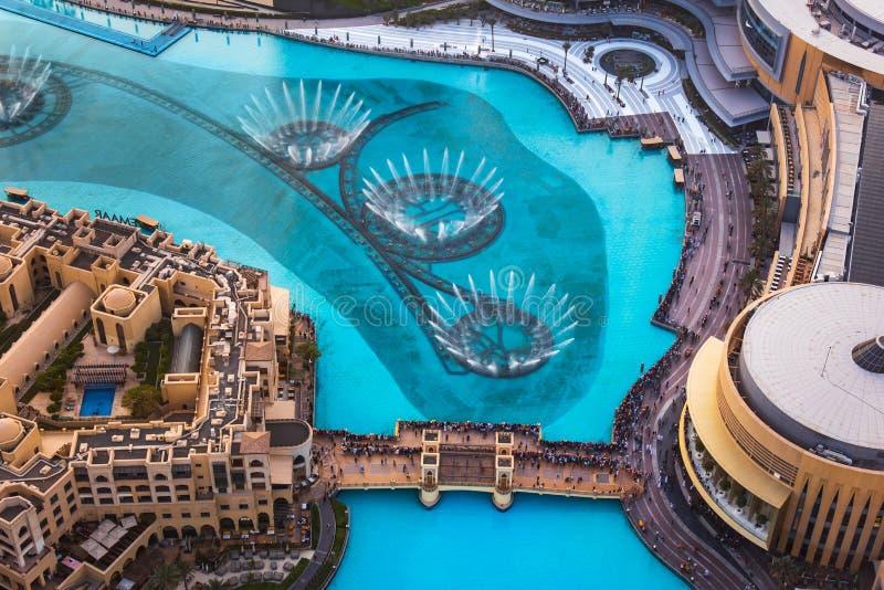 Dubaj Zjednoczone Emiraty Arabskie, Lipiec, - 5, 2019: Dubaj centrum handlowego fontanny przedstawienia otaczających i nowożytnyc fotografia stock