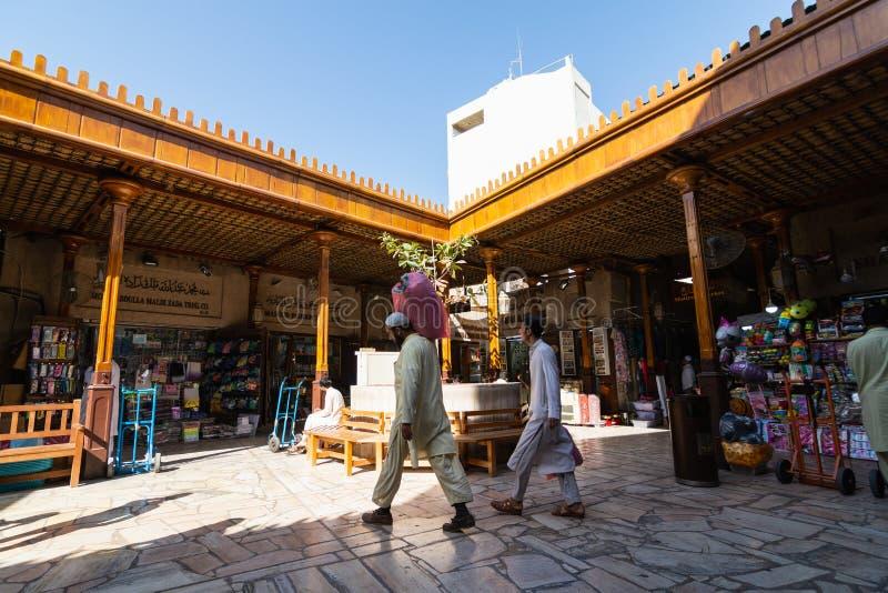 DUBAJ ZJEDNOCZONE EMIRATY ARABSKIE, MARZEC, - 2019: mężczyźni chodzi w Złocistym Souq rynku zdjęcia royalty free