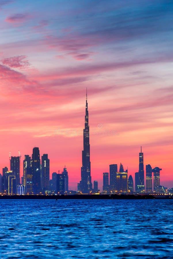 Dubaj Zjednoczone Emiraty Arabskie, Styczeń, - 10, 2019: Piękny zmierzch nad Dubaj panoramy punktu zwrotnego widokiem od zatoczki zdjęcia royalty free