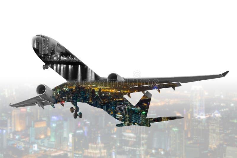 Dubbel blootstellings commercieel vliegtuig met onduidelijk beeldcityscape backgrou stock foto's