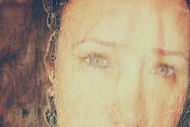 Dubbel blootstellingsbeeld van jong meisje en uitstekende kantachtergrond royalty-vrije stock fotografie