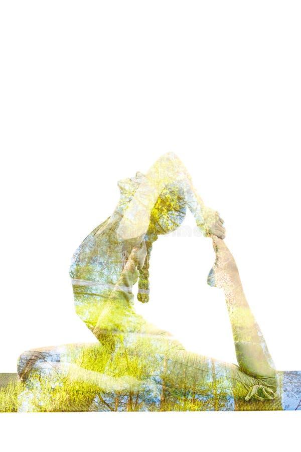 Dubbel blootstellingsbeeld van vrouw die yogaasana doen royalty-vrije stock fotografie
