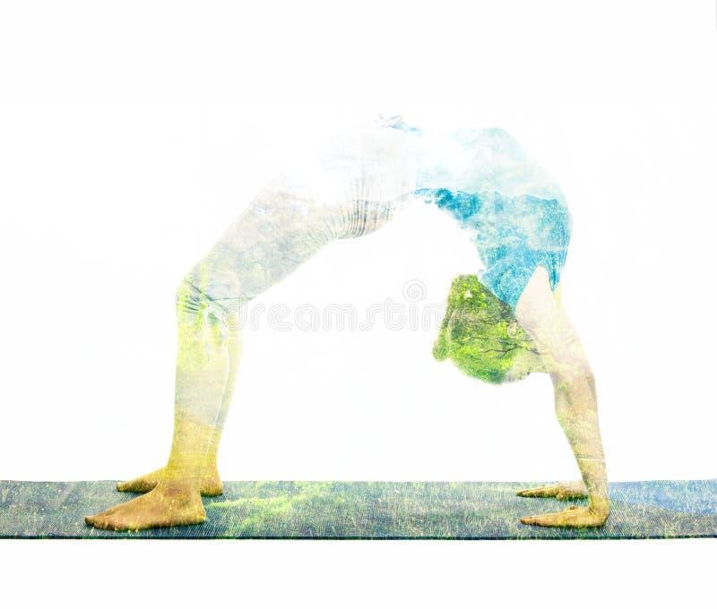 Dubbel blootstellingsbeeld van vrouw die yogaasana doen royalty-vrije stock afbeelding