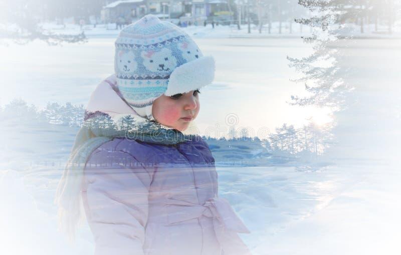 Dubbel blootstellingsportret van een klein meisje en een sneeuw de winterlandschap royalty-vrije stock afbeeldingen