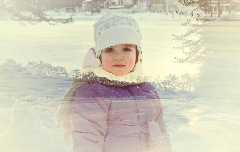 Dubbel blootstellingsportret van een klein meisje en een sneeuw de winterlandschap stock fotografie