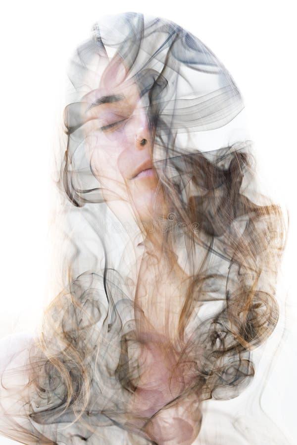 Dubbel blootstellingsportret van een sensueel die model met een smok wordt gecombineerd vector illustratie